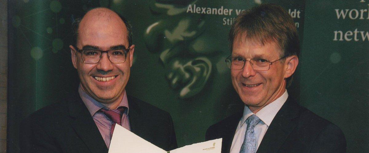 Le Dr. Gurvan Michel ( à droite) lors de  la remise du prix Friedrich Wilhelm Bessel par  Président de la fondation Alexander von Humboldt, le Pr. Dr. Hans-Christian Pape ( à gauche)